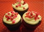Cupcakes de chocolate com cobertura de cream cheese e confeitos de coração...