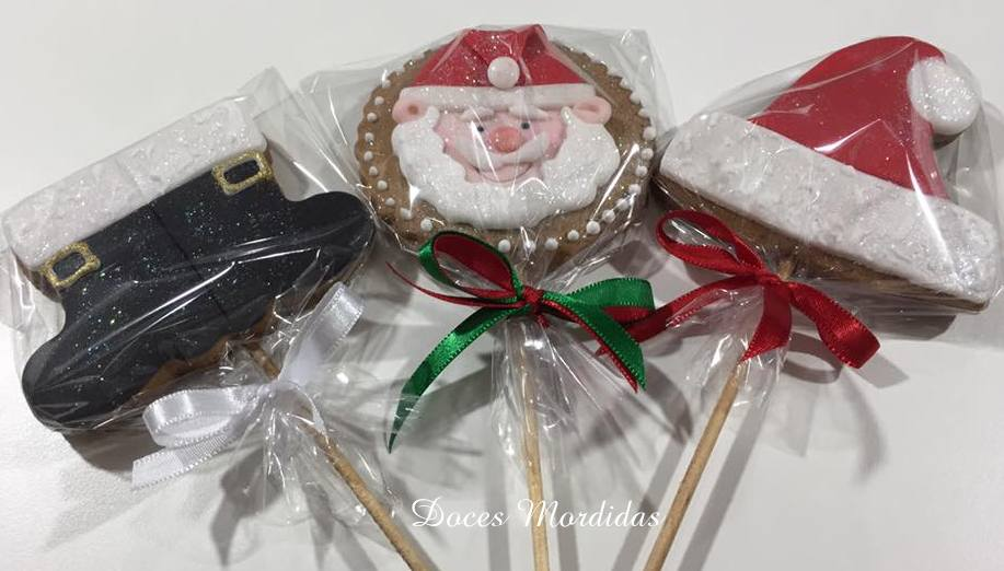 Pirulito de biscoito com botas, gorro e Papai Noel